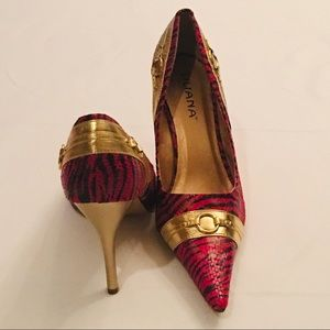 NWOT. LILIANA RED/Gold Pumps